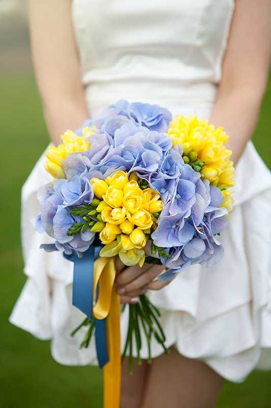 Summer bridal bouquet by BlueSkyFlowers.co.uk (Photo by Cecelina-Photography