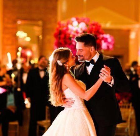 Sofia-Vergara-wedding-Nov-2015-couples-first-dance-2-450x436