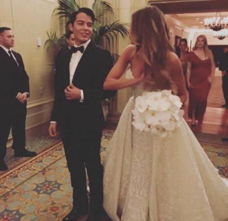 Sofia-Vergara-wedding-Nov-2015-with-lilies-450x436