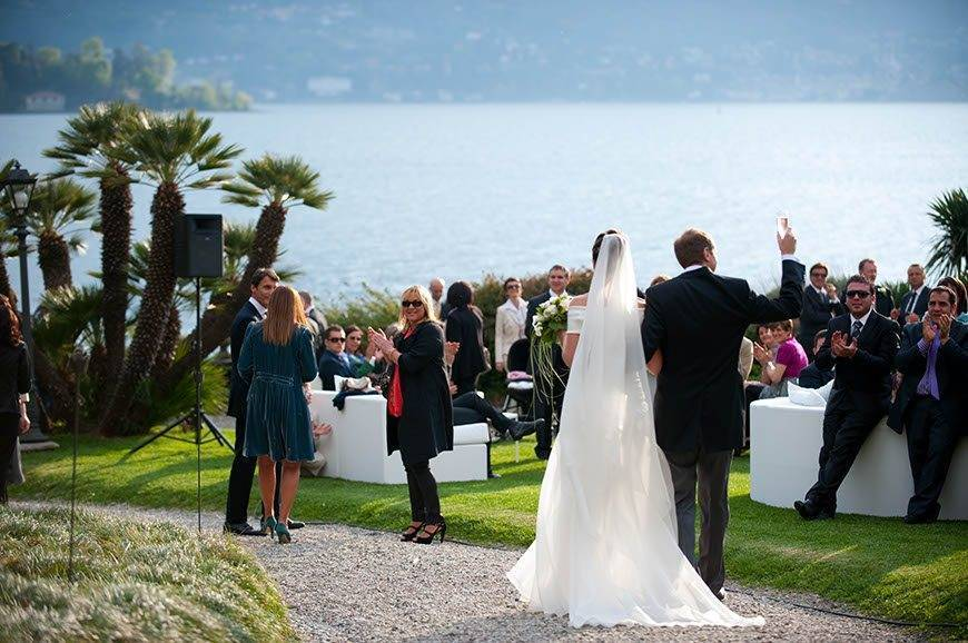 Bride and groom near the lake Visionnaire Wedding planner - Luxury Wedding Gallery