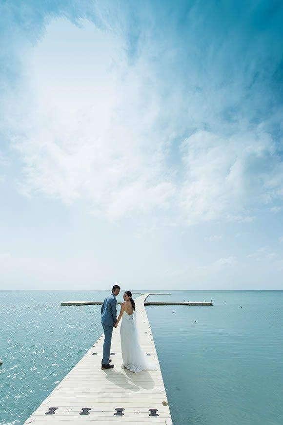 Le Me%CC%81ridien Koh Samui Resort Spa Bride Groom at Ocean Pier 02 - Luxury Wedding Gallery