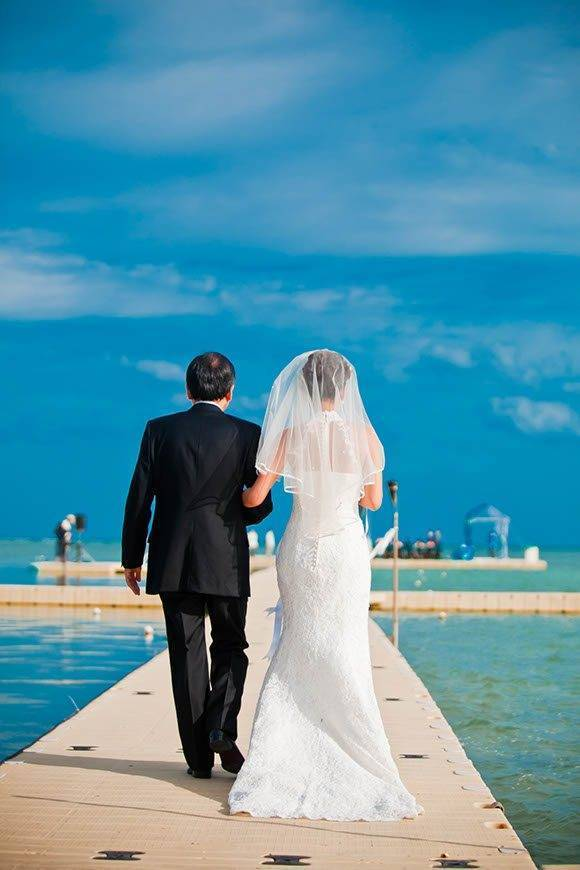 Le-Méridien-Koh-Samui-Resort-Spa-Bride-Groom-at-Ocean-Pier-03