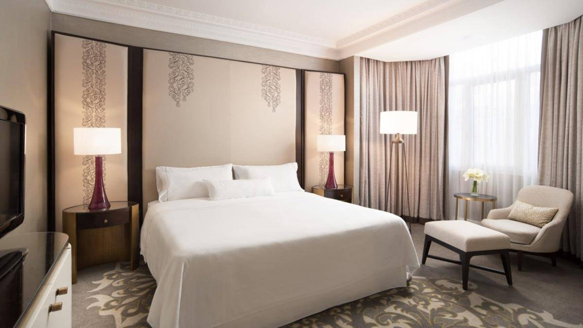 New-gallery-Executive-Suite-bedroom-The-Westin-Palace-Madrid-1600x900