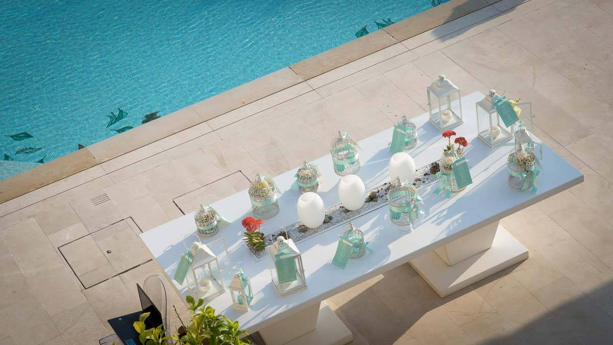 Table-plan-beside-the-pool