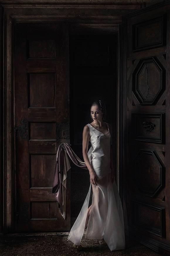 bride-going-thrue-door-venice-italy