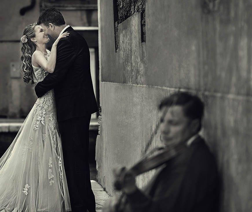 bride-groom-portrait-man-playing-violina-venice-italy