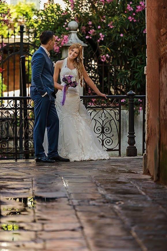 groom-kissing-bride-venice-italy