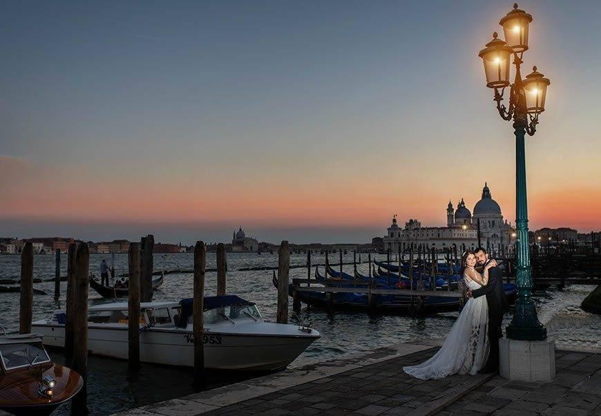 nigt-in-venice-italy-bride-groom-gondola