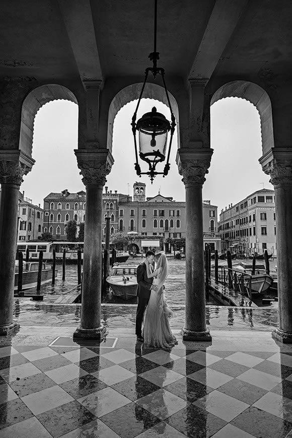 rain-italy-venice-bride-groom