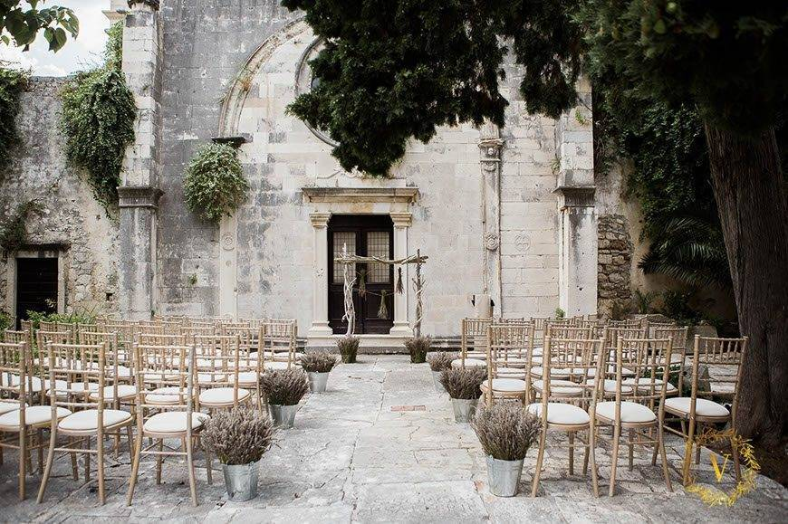 tranquil-historical-courtyard-ceremony-in-Hvar