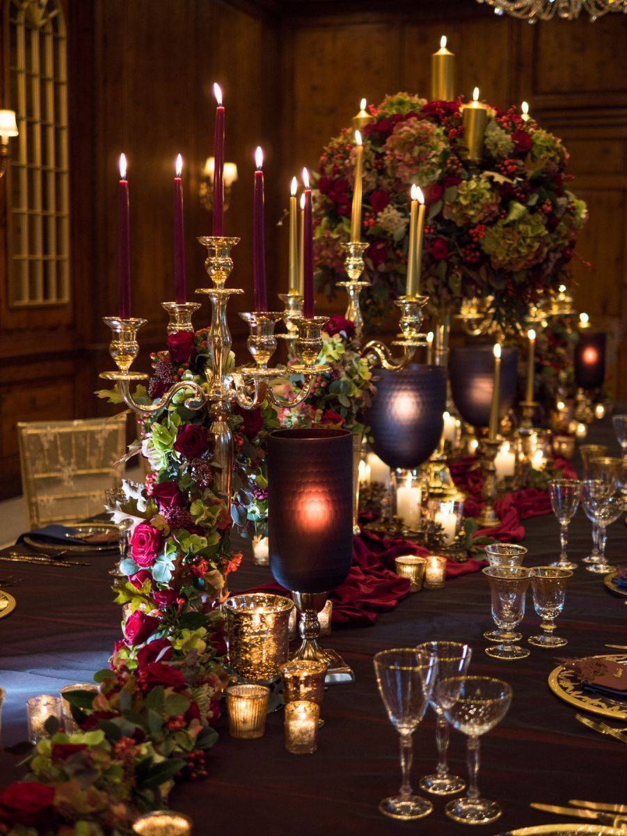 Such a stunningly decorated table, dripping with golden opulence.