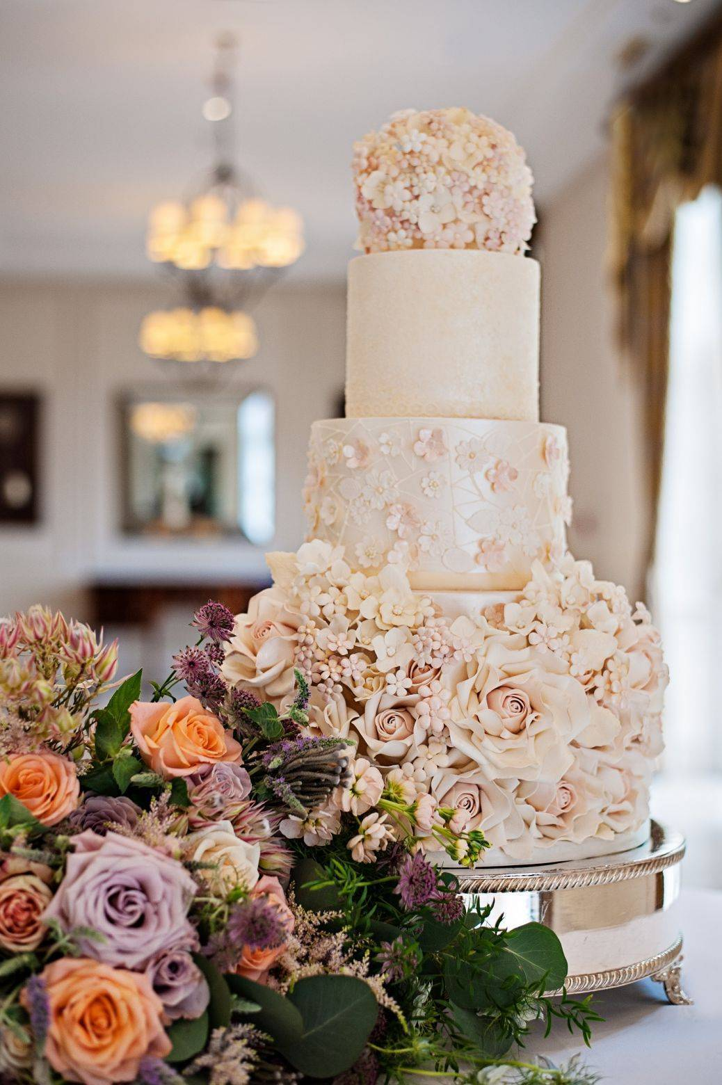 Such delicate sugar work on an amazing cake