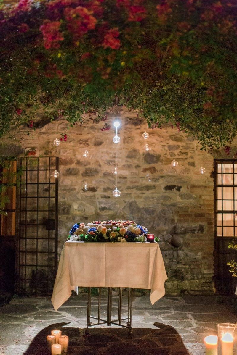 Wedding-cake-under-a-flowers-arch