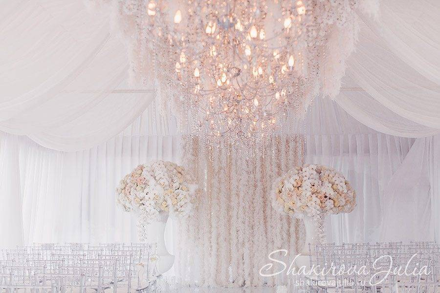 Subtle peach tones elevate the white decor. Photo: Shakirova Julia