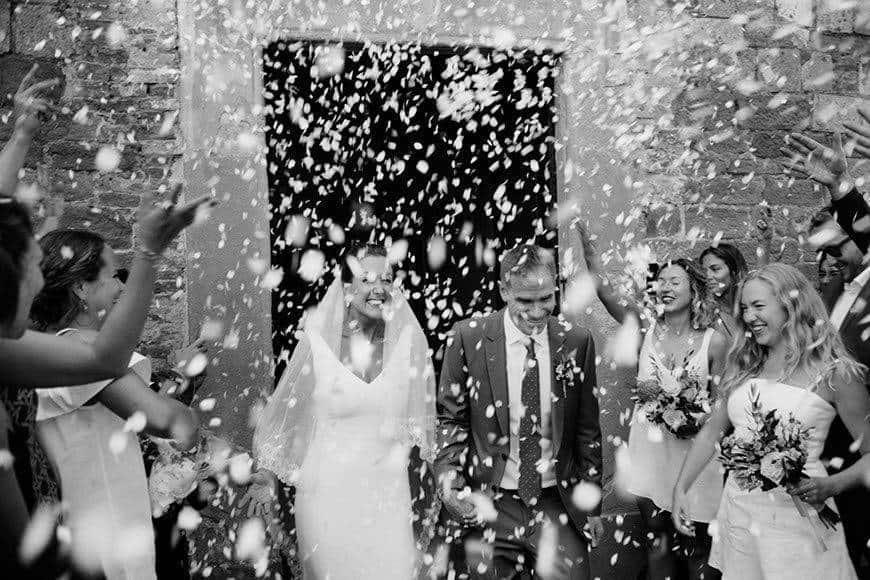 CONFETTI TUSCANCHURCH VIVAGLISPOSI NEWLYWED - Luxury Wedding Gallery