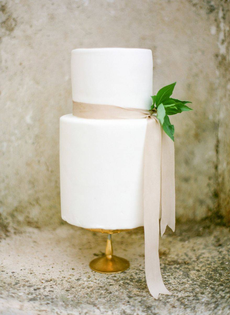 What a simply stunning cake! Just a sprig and a natural ribbon to set off the pure white lines. Photo: Silk & Willow