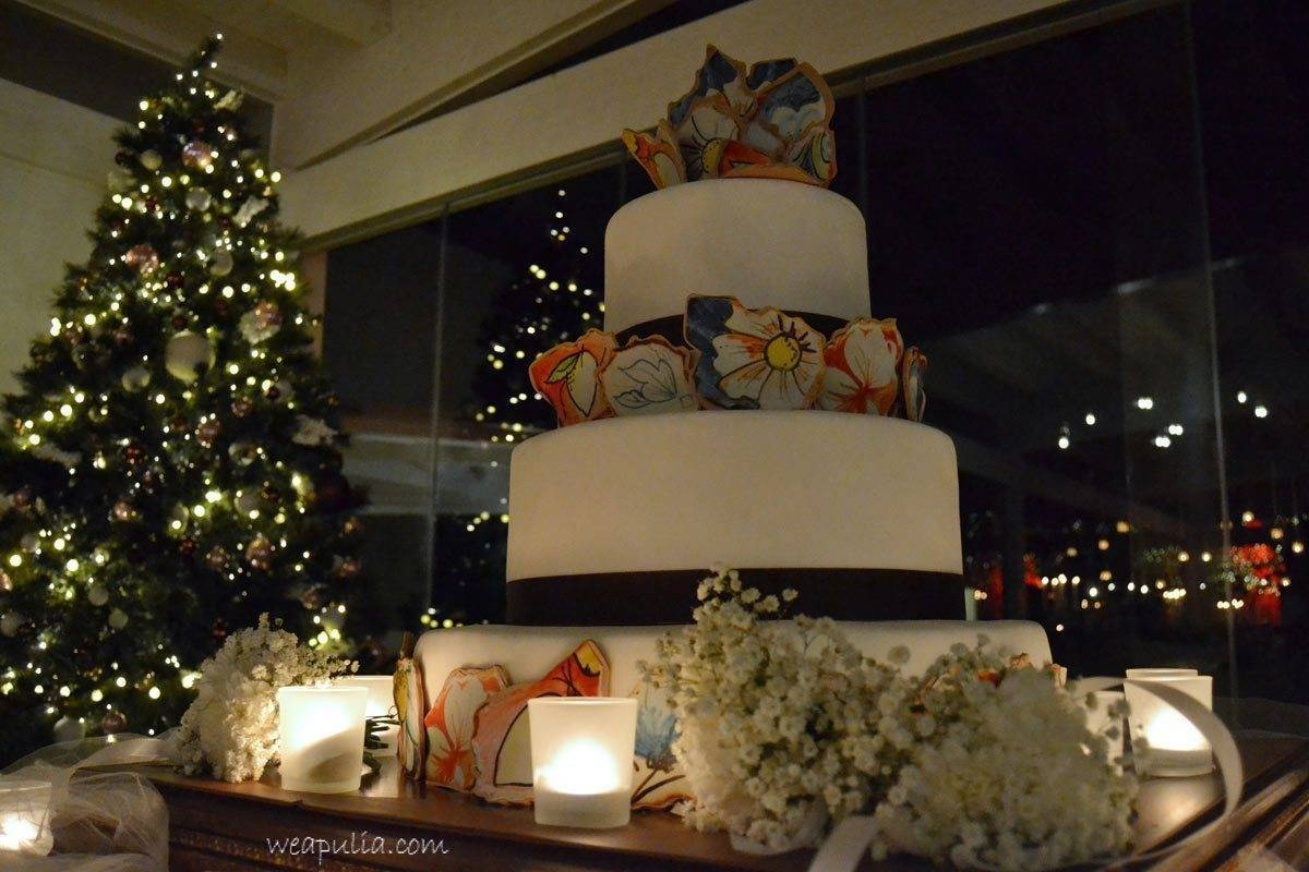 wedding cake withcolorful pottery style decoration - Luxury Wedding Gallery