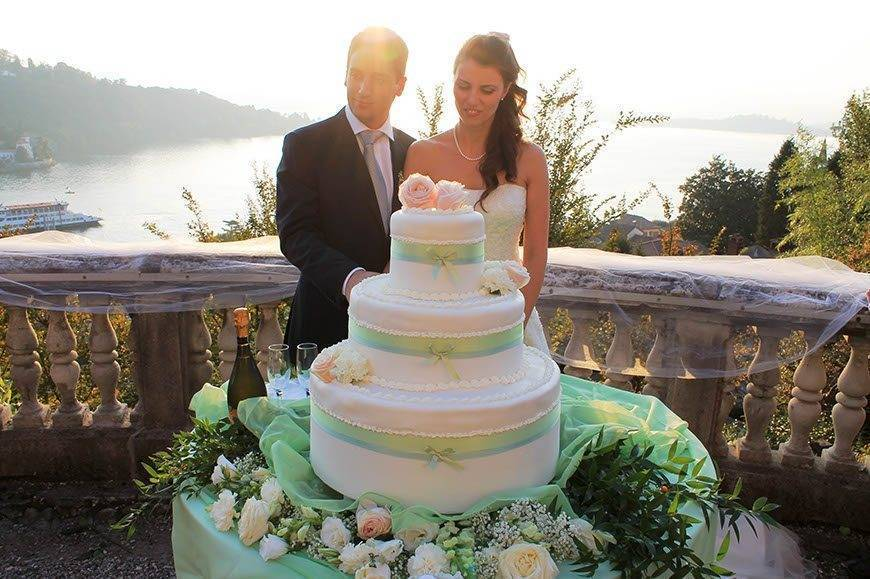 weddingcake cut lake view - Luxury Wedding Gallery