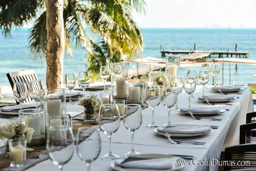 Sunhorse-Weddings-Table-Decorations-on-the-Beach