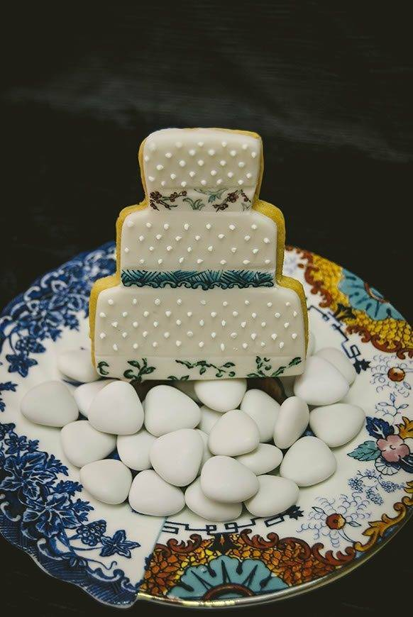 sugar cookie in the shape of a wedding cake saletti hybrid line - Luxury Wedding Gallery