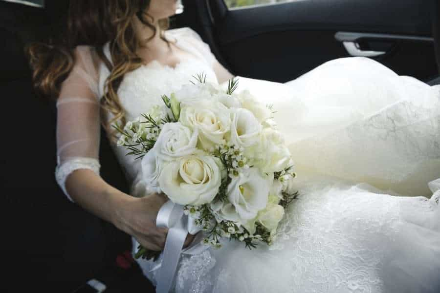 Outdoors Indoors wedding - Bride in wedding car