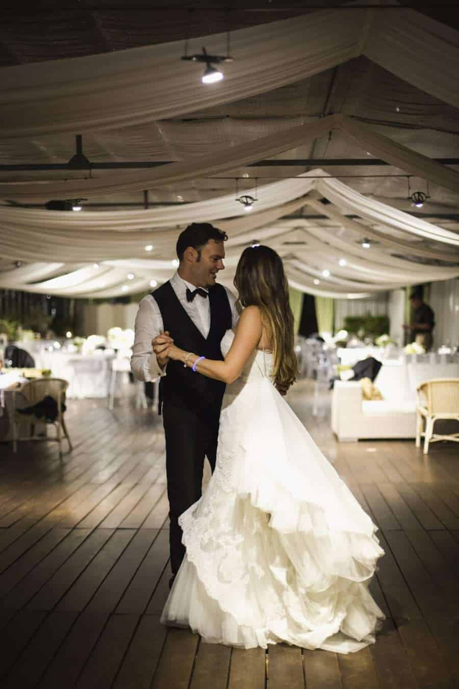 Outdoors Indoors wedding - First dance